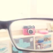 Para deformar o dar colores a tus fotos, puedes usar lentes de sol u ópticos