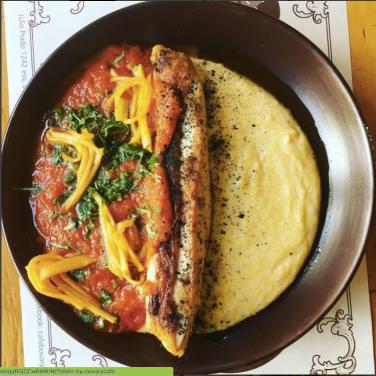 polenta con pollo y salsa de tomate.